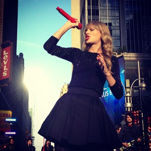 Taylor Swift performing live at 'Good Morning America'