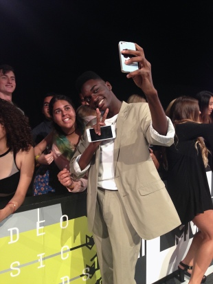 Rickey Thompson and fan on the red carpet at the 2015 MTV Video Music Awards